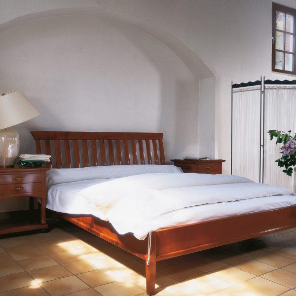 elegantes Landhausbett, Kirschbaum massiv