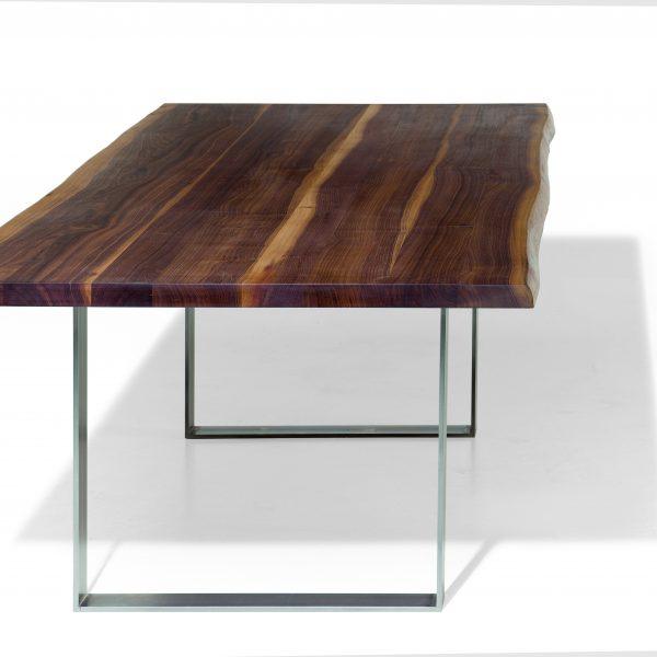Esstisch mit Kufengestell und echter Baumkante